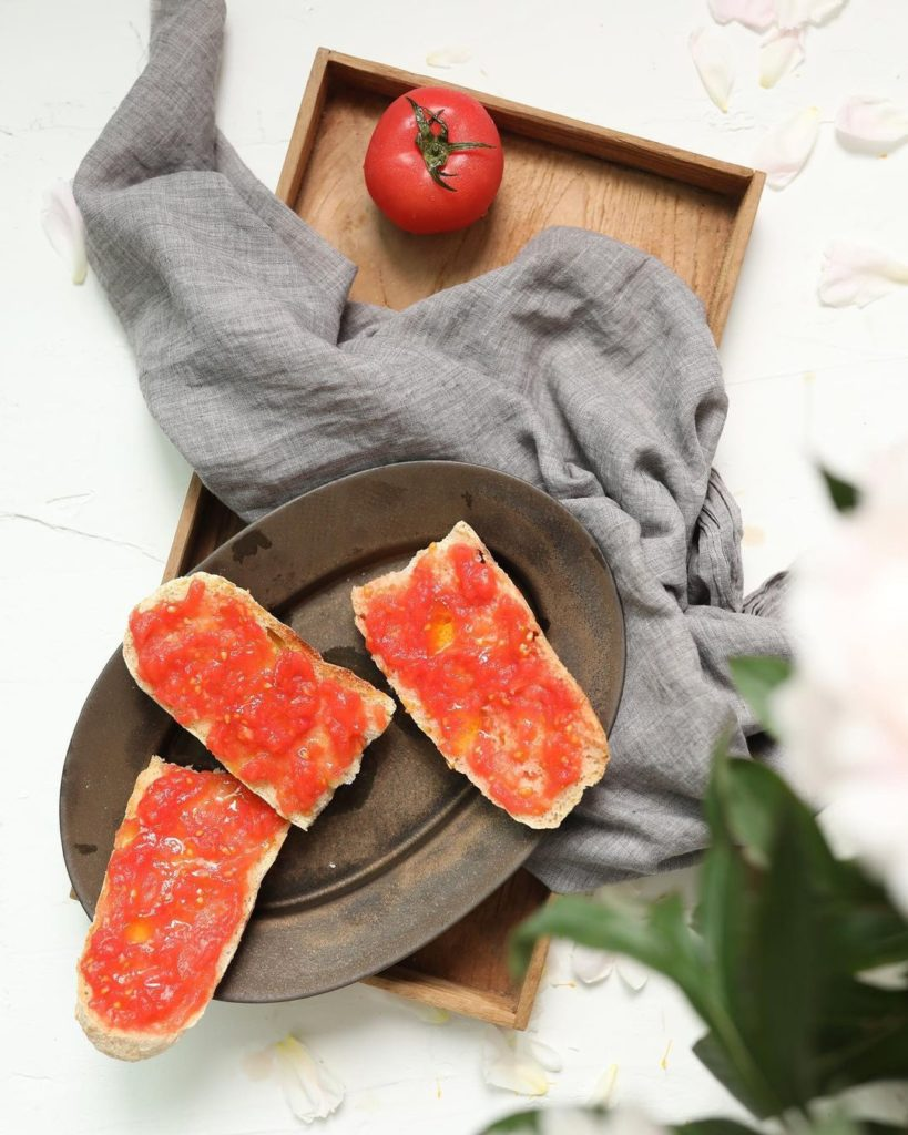 tost_s_pomidorom